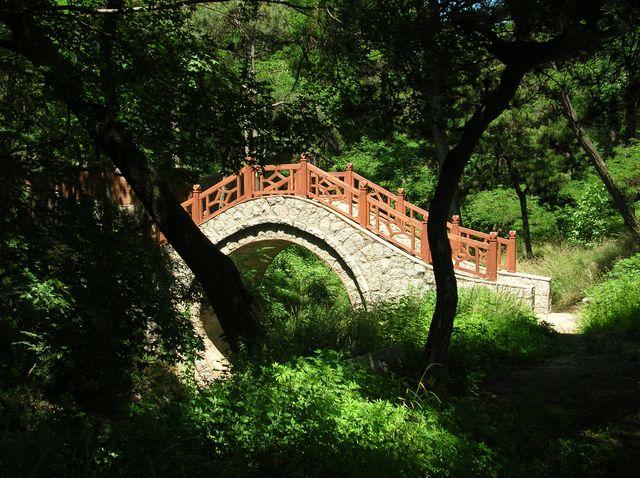 Мостик в парке Леньфэншань. Бэйдайхэ