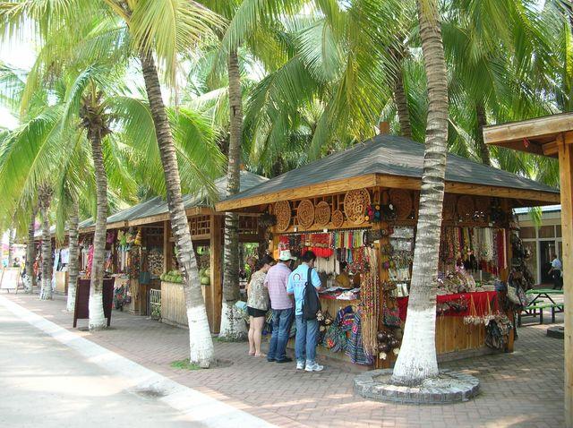 Лотки с сувенирами среди пальм. Хайнань