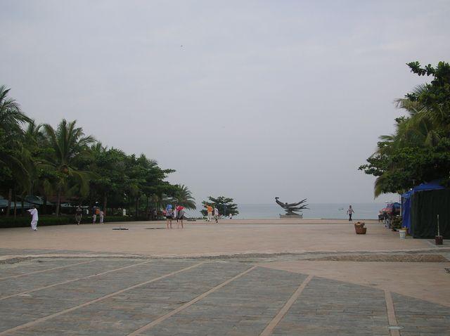 Площадь с торговыми лотками на набережной. Бухта Дадунхай