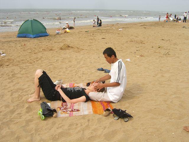 Массаж на пляже. Курорт Бэйдайхэ