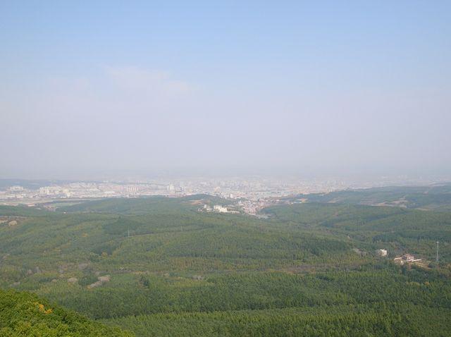Вид на город Яньцзи с горы Тигра