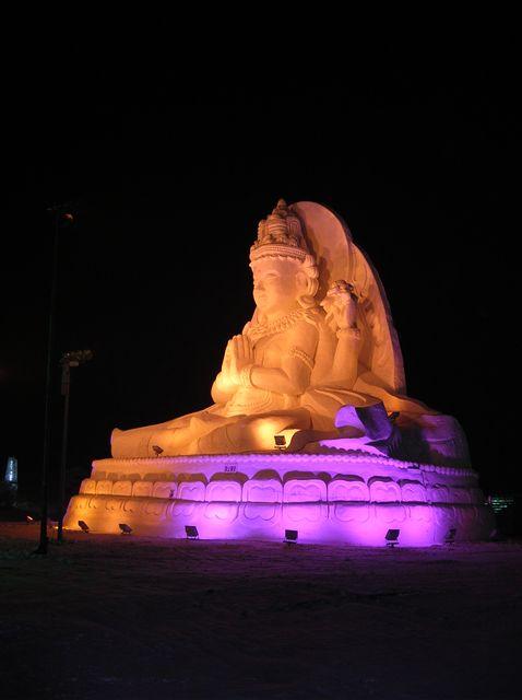 Статуя Будды из снега. Харбин