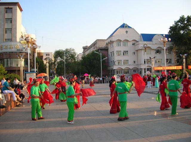 Национальные танцы на набережной г.Хэйхэ