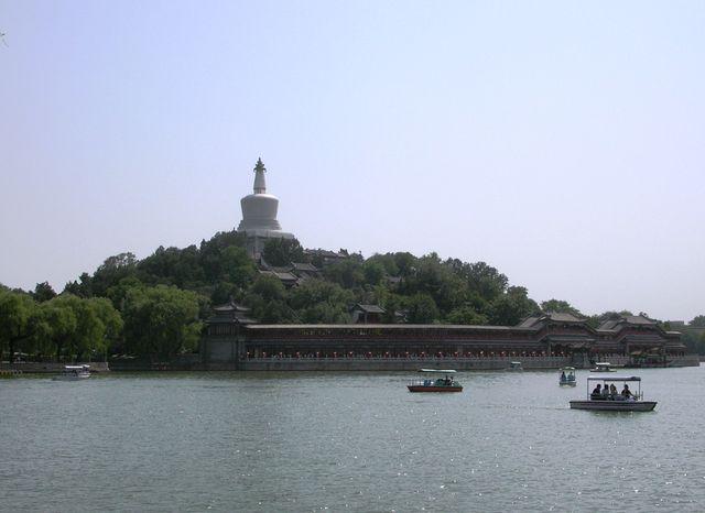 Белая пагода с другой стороны, парк Бэйхай. Пекин