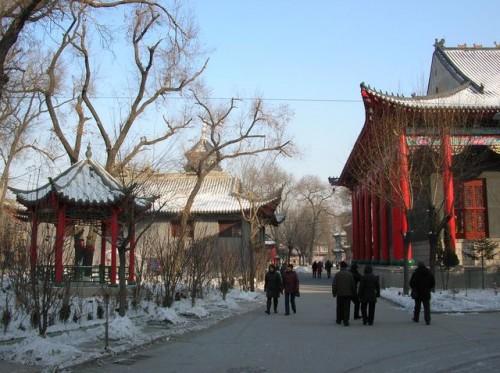 Двор буддийского храма Цзилэсы. Харбин