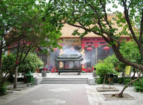Курильница с благовониями перед входом в святилище. Харбин