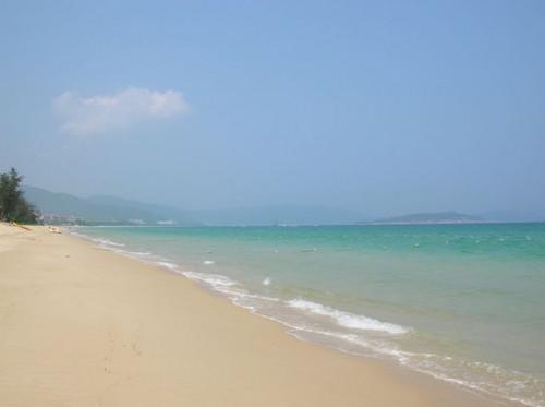 Прозрачная вода и золотистый пляж бухты Ялунвань. Хайнань