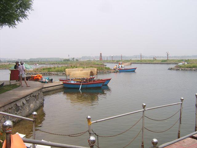 В парке можно взять лодку и покататься по озеру. Бэйдайхе