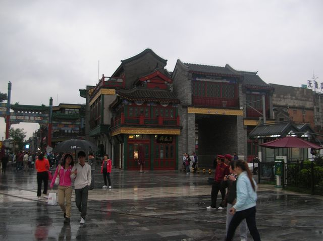 Вход на улицу Цяньмэнь с площади Тяньаньмэнь. Пекин