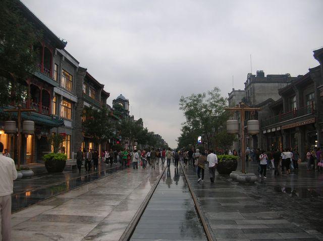 Вдоль всей улицы Цяньмэнь проходят рельсы, по которым старый трамвайчик возит любопытных туристов