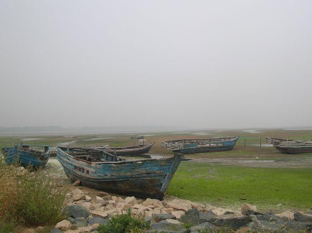 Отлив оставил на мели старые рыбацкие лодки. Бэйдайхе
