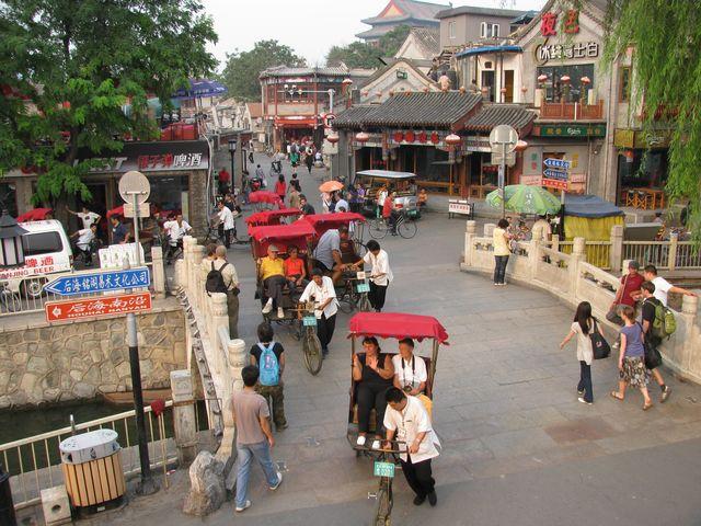 Велорикши катают туристов по улицам старого города. Пекин