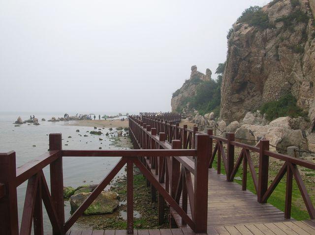 Деревянный пирс идёт вдоль всего побережья парка. Бэйдайхе