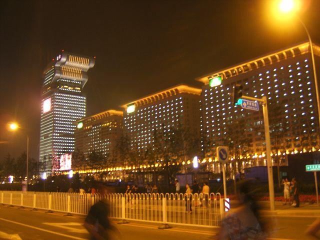 Здание гостиницы выполненное в виде олимпийского факела с ночной подсветкой. Пекин