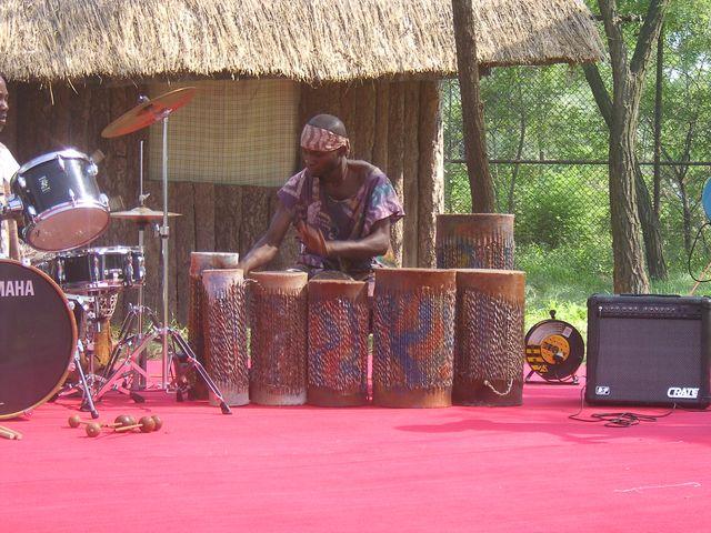 Музыкальная группа развлекает туристов на одной из остановок во время сафари