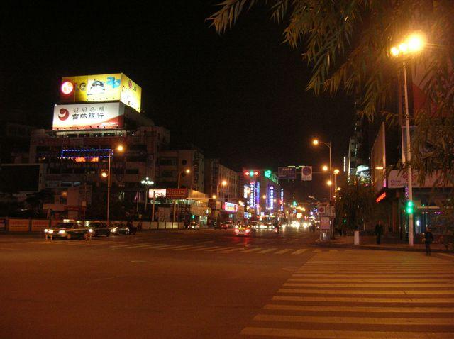 Вечером в городе Яньцзи включаются многочисленные вывески и фонари