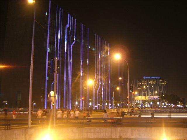 Необычно подсвеченные здания возле Олимпийских объектов. Пекин
