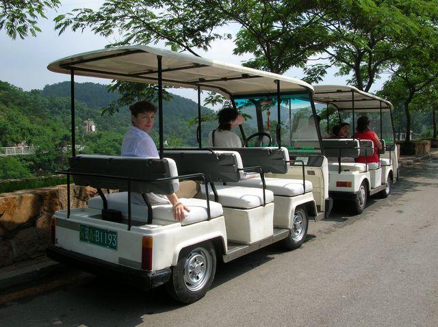 Электромобильчики для перевозки туристов по территории зоопарка