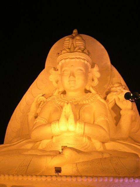 Фигура Будды из снега. Харбинский фестиваль ледовых скульптур.