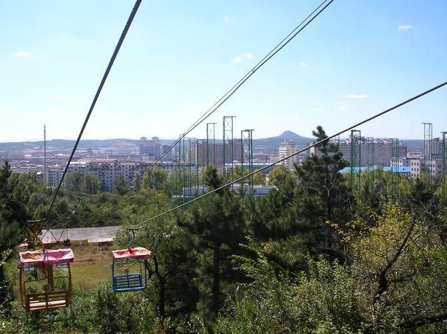 Вид с парка на город Яньцзи. На заднем плане гора Тигра
