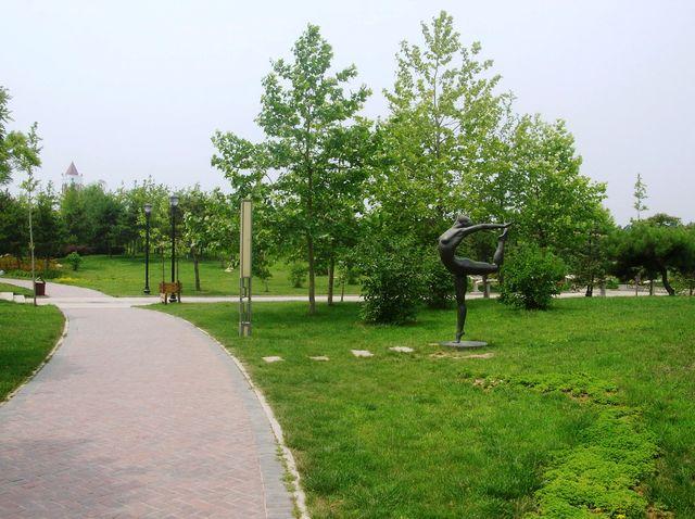 В Олимпийском парке много бронзовых скульптур. Бэйдайхе