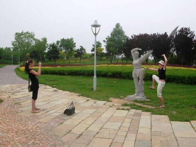 Со статуями в Олимпийском парке очень любят фотографироваться. Бэйдайхе