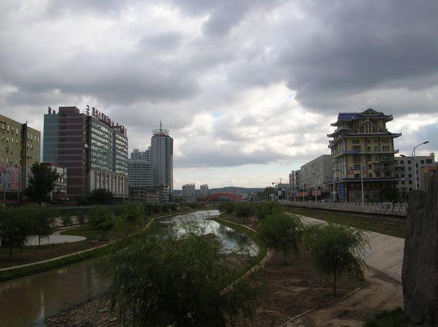 Небольшая речка, впадающая в главную реку города, почти пересохла