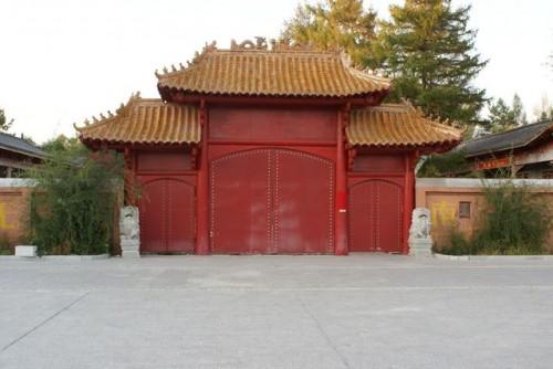 Входные двери буддийского монастыря г. Хэйхэ
