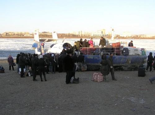 Переправа через Амур. Закупив огромное количество товаров в г.Хэйхэ люди пытаются занять место на катере на воздушной подушке