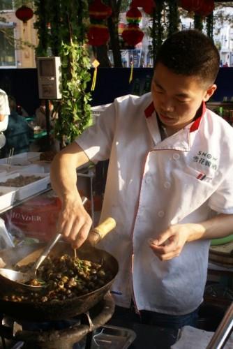 Повар за работой. Понаблюдать за приготовлением национального китайского блюда можно прямо на улице