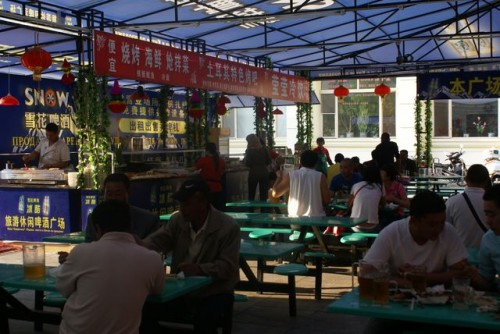 Уличный ресторан на набережной города Хэйхэ