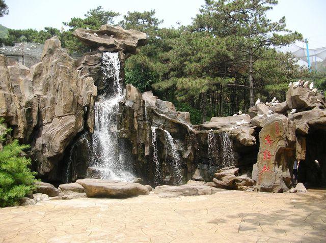 Искусственный водопад в парке птиц г.Бэйдайхэ
