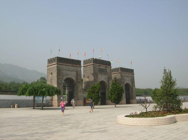 Ворота главного входа на участок ВКС возле города Циньхуандао
