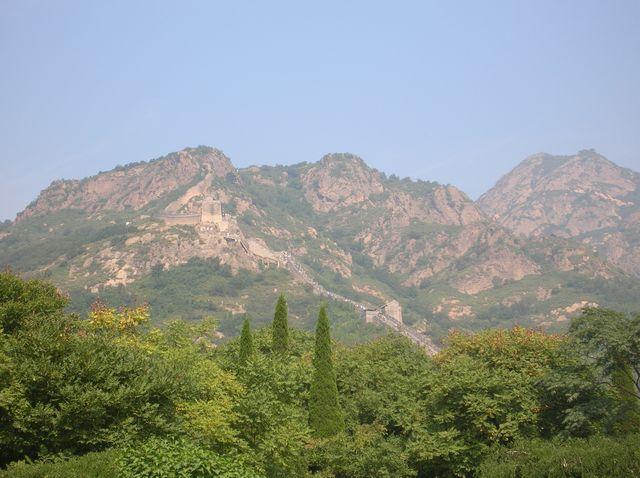Посмотреть на участок стены на горе Цзяошань приезжают в основном туристы, отдыхающие в Бэйдайхэ