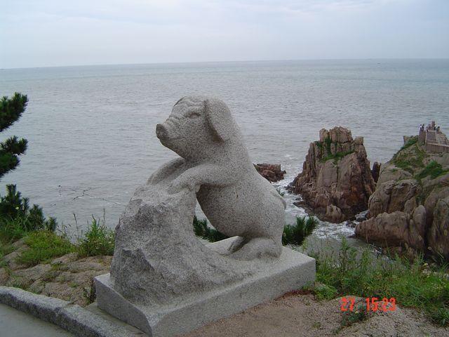 Каменный поросенок в парке Край света г. Вэйхай