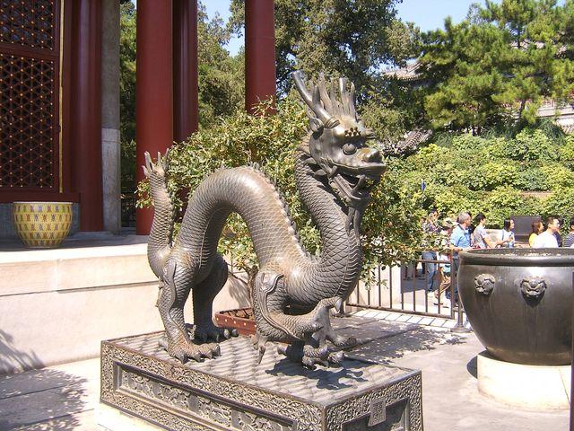 Бронзовый дракон в Летнем Императорском дворце. Город Пекин