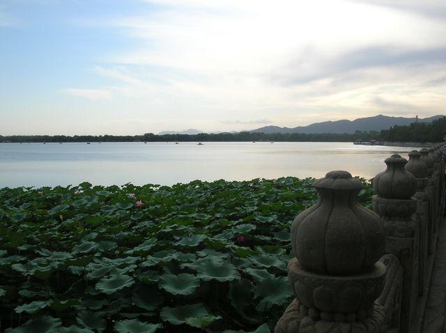 Закат на озере в парке Летнего императорского дворца