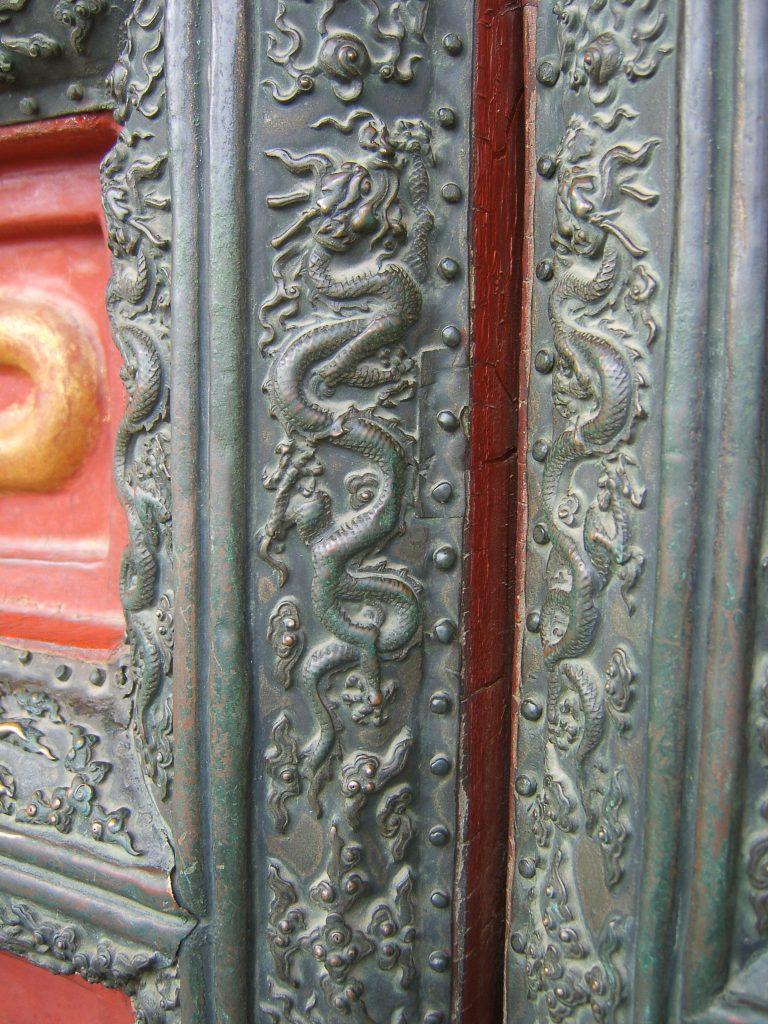Пятипалый дракон символ императорской власти на бронзовой облицовке дверей Запретного города