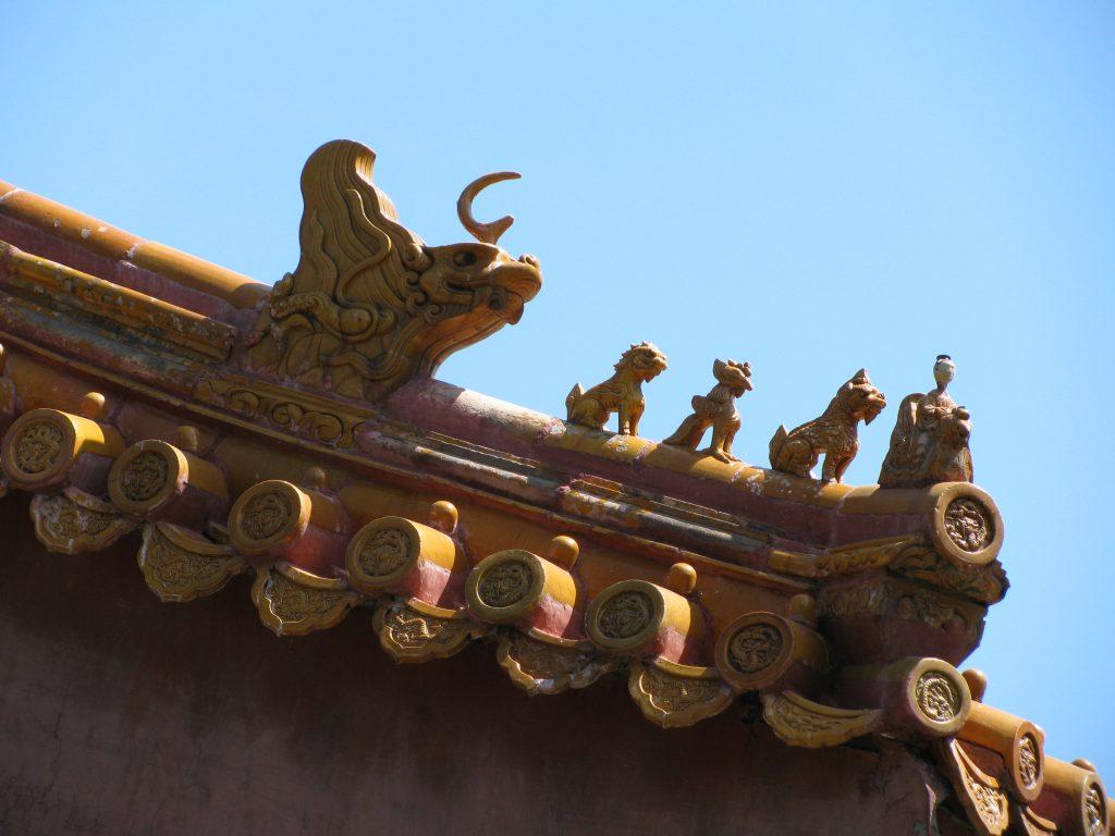 Драконы на козырьке крыши в Запретном городе