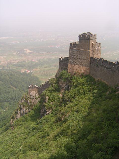 Чтобы пройти дальше по стене нужно подняться по металлической лестнице на сторожевую башню