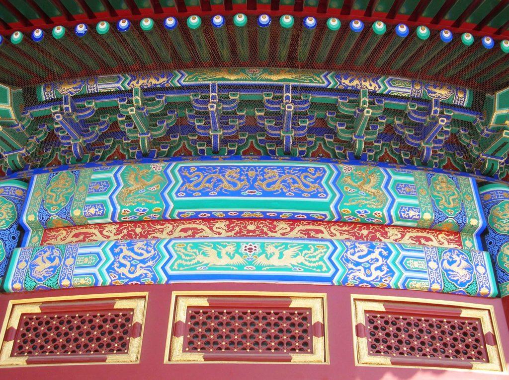 Нарисованные драконы под сводом крыши павильона Храма Неба в Пекине