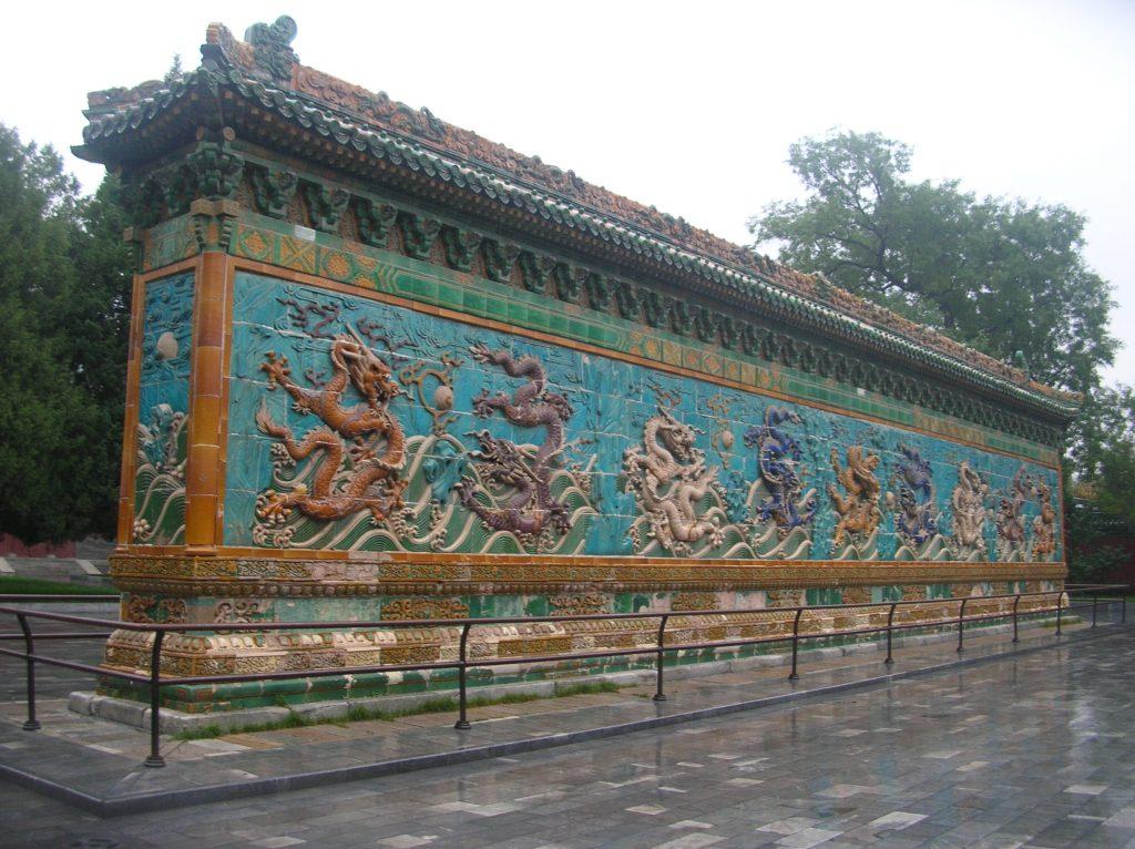 Стена Девяти драконов в парке Бэйхай города Пекин