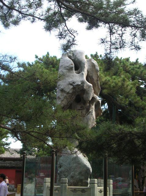 Камень на входе в Летний императорский дворец