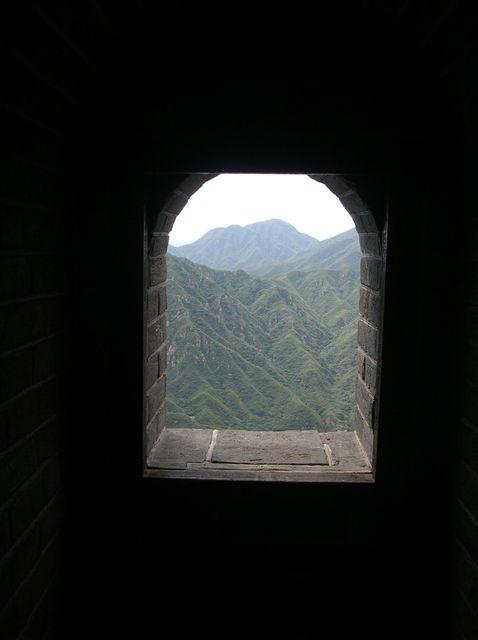 Окно-бойница в смотровой башне на Великой китайской стене возле г. Пекин