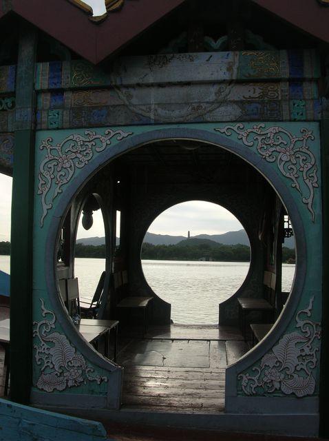 Вид на парк сквозь лодку. Пекин