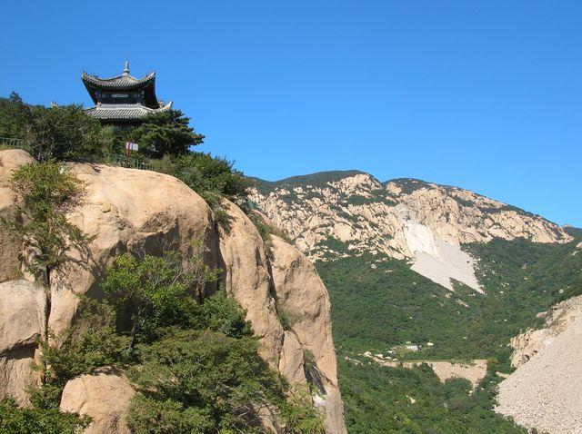 Беседка на скале в парке Долголетия г. Шанхайгуань