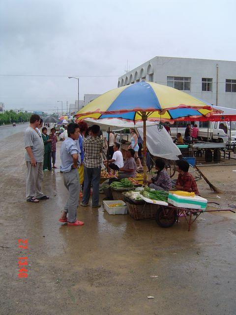 Стихийный уличный рынок в Вэйхае