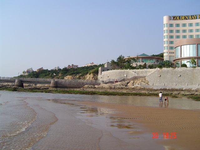 Отлив на пляже возле гостиницы Golden Bay