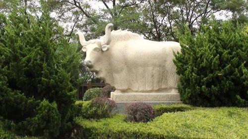 Еще одна скульптура среди деревьев