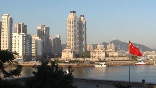 Национальный флаг Китая на фоне города Далянь